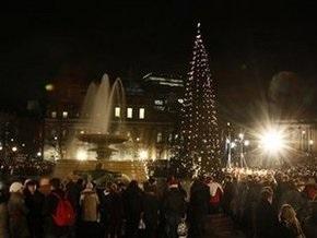 Мир зажигает огни на новогодних елках