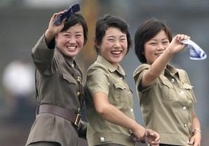 Северокорейским женщинам разрешили носить джинсы и серьги