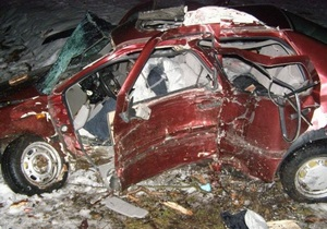 На Волыни автомобиль врезался в дерево: погибли четыре человека, еще три госпитализированы