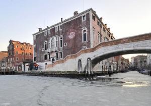 Европа замерзает: Венецианские каналы впервые за 80 лет сковал лед