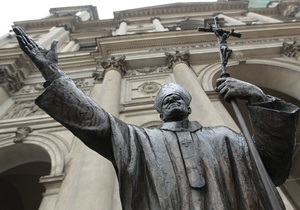 Лицо на памятнике папе Иоанну Павлу II заменят из-за сходства с Муссолини