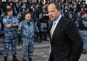 К митингующим под стенами Кабмина чернобыльцам вышел Тигипко. В его адрес кричат  Лжец!