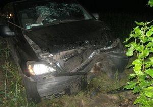 В Харьковской области автомобиль врезался в дерево, шесть человек госпитализированы