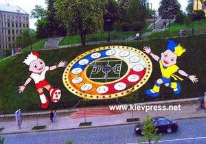 Неизвестные повредили цветочные часы в центре Киева