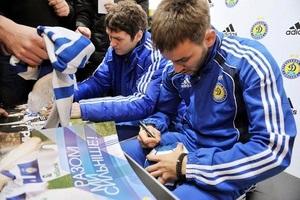Игроки ФК  Динамо  Киев встретились со своими фанатами