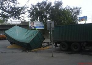 В Днепропетровске фура с зерном провалилась под землю