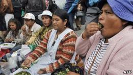 Судья в Боливии гадает на листьях коки