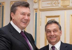 Премьер Венгрии подарил Януковичу 60-литровую бочку с вином