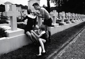 Во Львове закрыли фотовыставку с позирующими на польском кладбище моделями