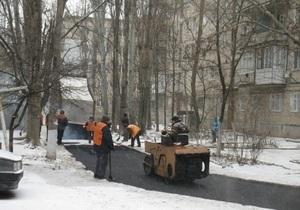 В Николаеве укладывают асфальт на снег