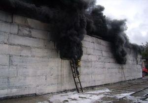 В Киеве возле станции метро Выдубичи горел склад тканей