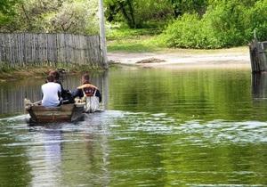 В Черниговской области в ряде населенных пунктов из-за подтопления люди передвигаются на лодках