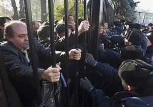 МВД: Во время сноса чернобыльцами забора возле Рады пострадал беркутовец