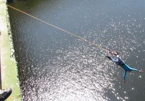 В Запорожье более полусотни людей 2011 год встречали прыжками с 42-метрового моста