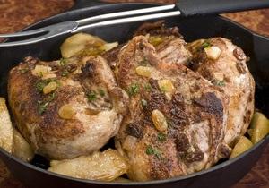 Врач: Новогоднее застолье следует начинать с мяса и рыбы, а не с салатов