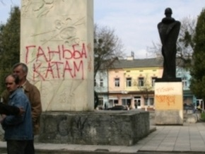 День за Днем: Тень Бронзового солдата на Украине