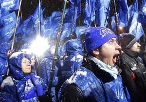 Число сторонников Януковича на площади перед зданием ЦИК увеличилось до трех тысяч