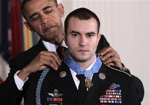 Президент США впервые после Вьетнамской войны вручил прижизненную Медаль почета