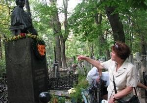 На Байковом кладбище в Киеве неизвестные повредили могилу Леси Украинки