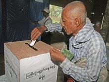 В разоренной ураганом Мьянме проводят конституционный референдум