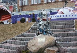 На Пейзажной аллее в Киеве вандалы разбили скульптуры Маленького принца и девочки с собачкой