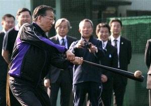 Премьер-министр Китая в Токио поиграл в бейсбол со студентами