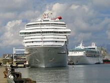 В Греции туристический лайнер столкнулся с паромом