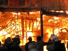 В Днепропетровске горит Славянский рынок