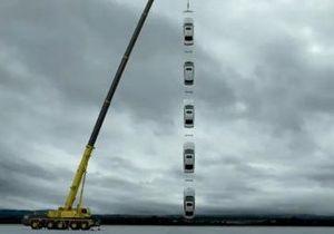 Lexus в рекламе поднял гирлянду из своих машин