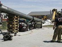 В США строительный кран рухнул на автомобиль