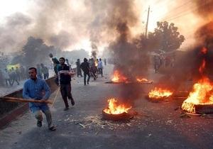 Протестующие исламисты жгут автомобили в Бангладеш