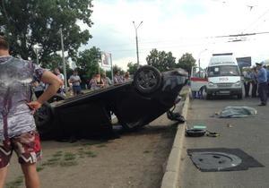 новости Харькова - ДТП - В Харькове автомобиль сбил трех человек на остановке