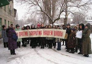 В Донецке прошла акция протеста против закрытия украинской школы
