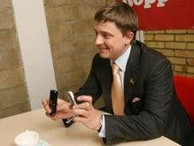 Довгий показал фото побитого Черновецкого на мобильном