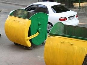 В Киеве автомобиль придавил женщину к мусорному баку