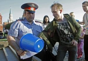 В центре Москвы задержали 16 человек с синими ведерками на головах