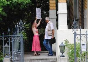 FEMEN: В Берне активистка движения сорвала работу тунисского посольства в Швейцарии