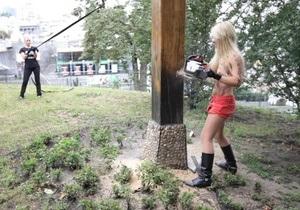 FEMEN в знак поддержки Pussy Riot спилили деревянный крест на Майдане