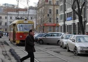 В Киеве на Подоле трамвай сошел с рельсов