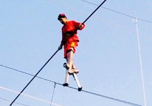 Китаец прошел на ходулях по канату, натянутому на высоте 22 метра