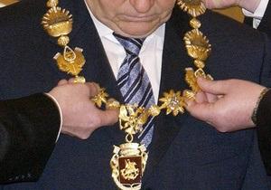 Лужков сдал серебряный должностной знак мэра Москвы