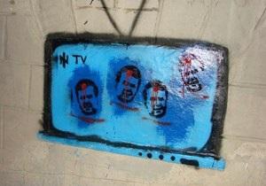 Янукович граффити - Янукович - Банковая - Активисты: Милиция отпустила задержанных за разрисованные плакаты с Януковичем с красной точкой на лбу