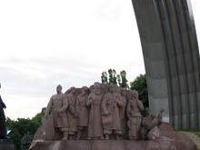 Киевлянин гулял по головам скульптур