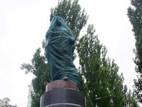 Памятник Ленину на Бессарабке скрыли от глаз киевлян