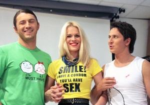 Украинские футболки с принтами на тему безопасного секса начали продавать через интернет