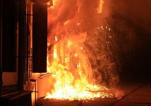 В Киеве около метро Дарница горит магазин мобильной связи