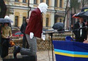 Националисты поставили в центре Киева памятник Ленин на коленях