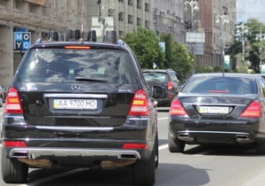 Два Mercedes выехали на встречную полосу Крещатика в сопровождении ГАИ