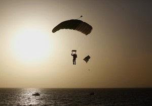 В Крыму упал в море и погиб парашютист