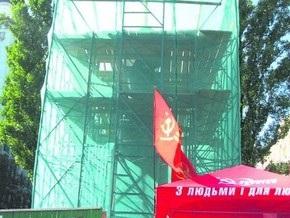 Памятник Ленину в Киеве начали ремонтировать